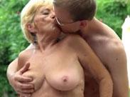 Reiche Oma von Jungschwanz im Garten gefickt