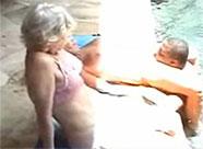 Oma schaut gerne beim Ficken zu