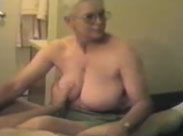 Oma verpasst dem Opa einen Handjob