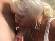 Oma geniesst es tief in den Mund gefickt zu werden