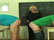 Geile alte Lehrerin fickt ihre Schüler