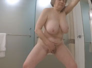 Alte Frau masturbiert im Bad