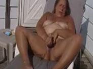 Alte massige Frau masturbiert auf der Terasse
