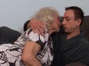 Ihr junger Nachbar bringt Oma zum Orgasmus
