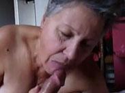 Die Oma leckt gerne an Omas Eichel herum
