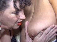 Alte Schlampe leckt Oma die alten Titten