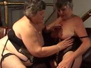 Lesbische Omas drehen einen Porno