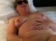 Oma masturbiert und Opa filmt sie dabei