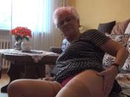 Oma zeigt euch mal wie geil sie masturbiert