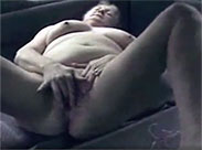Alte Fotze masturbiert im Auto
