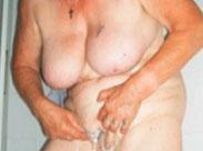 Oma mit dem Fuss gefickt