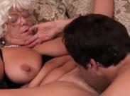Oma lässt sich von ihrem jungen Lover lecken