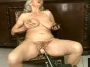 Oma von Fickmaschine und Schwanz gevögelt