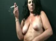Oma tanzt nackt und raucht dabei