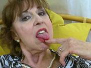 Hässliche Oma macht einen auf Pornostar