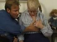 Junger Mann packt der Oma an die Titten