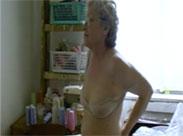 Schlanke Oma mit kleinen Titten masturbiert