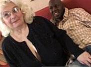 Süsse Oma von einem Schwarzen gevögelt