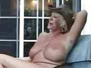 Oma lässt sich von einem kleinen dicken Mann ficken