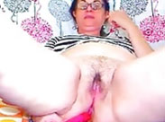 Oma testet ihren neuen Dildo in allen Ficklöchern