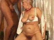 Oma von drei Männern gefickt