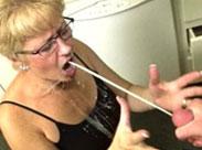 Oma lässt sich gern in den Mund wichsen