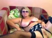 Oma hat Spass mit ihrem Dildo