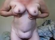 Schwabbelige Omi alleine vor der Webcam