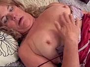 Sinnliche Oma vom Opa beim Masturbieren gefilmt
