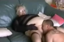 Dicke Oma baggert jungen Stecher an
