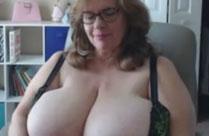 Oma mit dicken Titten macht geilen Webcamsex