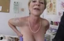 Oma geht zum Frauenarzt