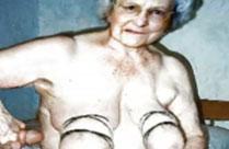 90 Jährige Fotze zeigt sich nackig