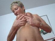 Deutsche Oma zeigt was man mit Hängetitten machen kann