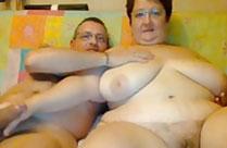 Fette Oma fummelt mit ihrem Mann vor der Webcam rum