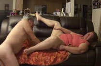 Opa bumst Oma auf der Couch durch