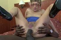 Schwarzer steckt Oma seinen Schwanz in den Arsch