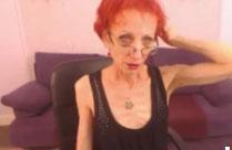 Magersüchtige Oma nackt vor der Webcam