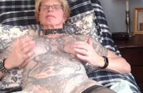 Tätowierte Oma im Amateur Porno
