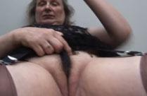 Geil anzusehen wie Oma ihre Fotze massiert
