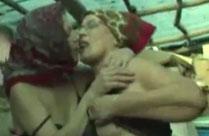 Alte Lesben lecken sich im Heu