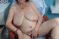 Oma masturbiert vor der Webcam