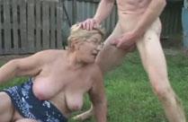 Oma lässt sich gern im Freien ficken