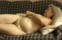 Oma masturbiert für euch