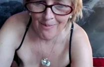 Oma mit kleinen Brüsten vor der Webcam
