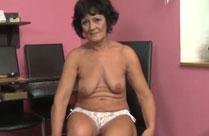 Oma fingert sich vor laufender Kamera