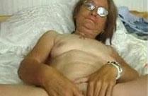 Oma fingert sich die Fotze und masturbiert