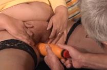 Der Grossvater fickt die Grossmutter mit einem Dildo