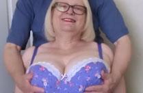 Er spielt gerne mit Omas grossen Brüsten
