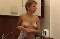 Zierliche Oma fingert sich in der Küche